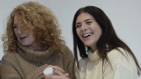De de twee vrouwenmoeder en dochter kiezen schoonheidsmiddelen en lach Slowmotion stock footage