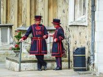 De twee wachten van de Toren van Londen en de eter van het koningsrundvlees royalty-vrije stock afbeeldingen