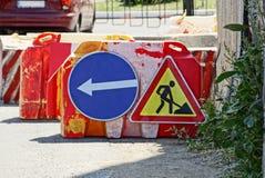 De twee werken van de verkeerstekenweg aangaande asfalt royalty-vrije stock afbeeldingen