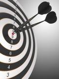 De twee zwarte pijltjes die bullseye raken Stock Foto