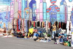 De tweedehandse mozaïeken van de vlooienmarktkleding, Lissabon Stock Foto