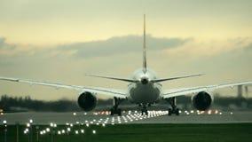 De tweeling beginnende start van het motor commerciële vliegtuig van de luchthaven in de avond, achtermening stock videobeelden