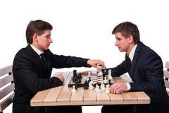 De tweelingbroers die schaak op wit spelen royalty-vrije stock foto