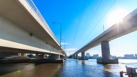 De tweelingbrug kruist de rivier in Thailand stock footage