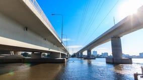 De tweelingbrug kruist de rivier in Thailand stock video