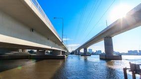 De tweelingbrug kruist de rivier in Thailand stock videobeelden