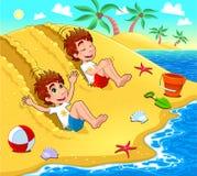De tweelingen spelen op het strand. Stock Foto's
