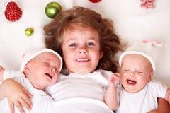 De tweelingen van het meisje en van de zuigeling Stock Afbeeldingen