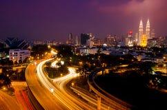 De tweelingtorens van Kuala Lumpur met het overweldigen van lichte sleep Royalty-vrije Stock Foto