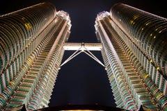 De tweelingtorens van Petronas bij nacht Stock Afbeelding