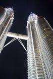 De TweelingTorens van Petronas bij Nacht Stock Afbeeldingen