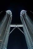De tweelingtorens van Petronas in de nacht Royalty-vrije Stock Foto's
