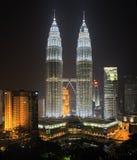 De TweelingTorens van Petronas (Suria KLCC) bij nightlight Stock Foto's