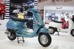 De tweewieler van Vespa op vertoning in de AutoExpo 2012 Stock Foto's