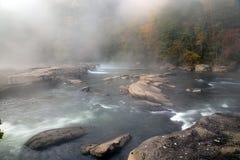 De Tygart flodkaskaderna över vaggar på dalnedgångdelstatsparken arkivbilder