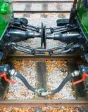 De type courant de la connexion entre le vieux train sur des chemins de fer Accroc traditionnel de chariot de coupleur de crochet image stock