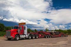 De typische Amerikaanse rode Kenwood-vrachtwagen op een pa Stock Foto