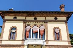 De typische antieke bouw met antieke vensters in Venetië Stock Fotografie