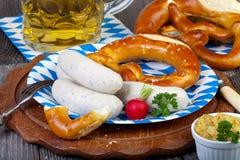 De typische Beierse snack van de kalfsvleesworst op document plaat royalty-vrije stock afbeeldingen