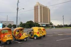 De typische Cubaanse cocotaxi in Havana stock foto