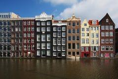 De typische huizen van Amsterdam in Holland stock afbeeldingen