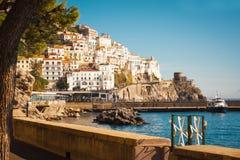 De typische Italiaanse huizen streken op de bergen boven het overzees, Amalfi, Italië neer stock fotografie