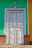 De typische koloniale bouw met de witte rooster van het vensterijzer, Cuba royalty-vrije stock foto's
