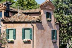 De typische rode bouw met antieke vensters in Venetië Stock Fotografie