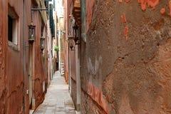 De typische smalle weg in Venetië, Italië Stock Foto's