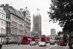 De typische straat van Londen met zijn rode bussen en het Parlement in B royalty-vrije stock fotografie