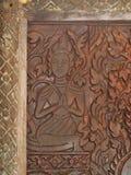 De typische traditionele patroonornamenten, boom, mens, dieren en goddes komen voor de decoratie van de boeddhismetempel voor Stock Foto
