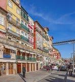 De typiska färgrika byggnaderna av det Ribeira området Fotografering för Bildbyråer