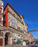 De typiska färgrika byggnaderna av det Ribeira området Arkivbilder