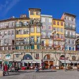 De typiska färgrika byggnaderna av det Ribeira området Royaltyfria Bilder
