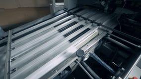 De typografische machinewerken in een ruimte, geautomatiseerde productie stock videobeelden