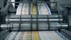 De typografische transportband beweegt krant in een drukbureau stock video