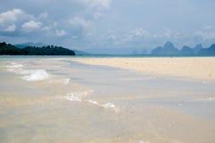De tysta vågorna går i korallsander sätter på land på den Phang Nga fjärden Royaltyfria Foton