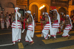 De Udekkispelers presteren in Esala Perahera in Kandy, Sri Lanka Stock Foto's