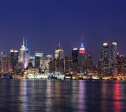 De uit het stadscentrum horizon van Manhattan van de Stad van New York bij schemer Stock Afbeeldingen