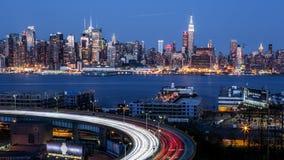 De uit het stadscentrum horizon van New York bij schemer Royalty-vrije Stock Foto