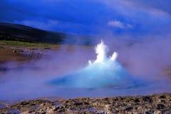 De uitbarsting van de geiser, Geysir plaats, IJsland Royalty-vrije Stock Afbeelding