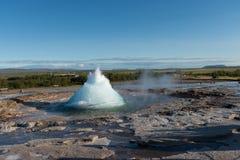 De uitbarsting van Geysir van Strokkur, IJsland stock afbeelding