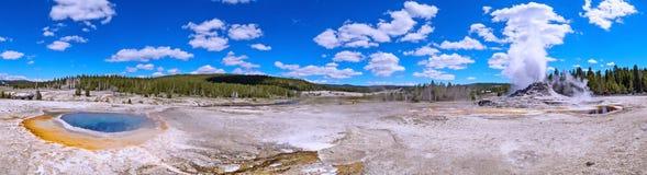 De uitbarsting van de kasteelgeiser in het Nationale Park van Yellowstone, de V.S. stock foto