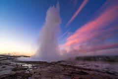 De uitbarsting van de Strokkurgeiser in IJsland stock foto's