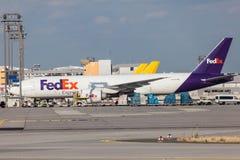 De Uitdrukkelijke Vliegtuigen van Fedex in de Leiding van Frankfurt Stock Foto