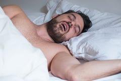 De uitdrukking die van het mensengezicht en aan apnea lijden snurken royalty-vrije stock foto
