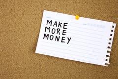 De uitdrukking maakt Meer die Geld op een stuk van notadocument wordt getypt en gespeld aan een cork berichtraad royalty-vrije stock afbeeldingen