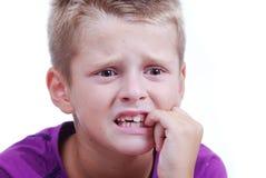 De uitdrukking van de spanning op het gezicht van weinig blond jong geitje Royalty-vrije Stock Fotografie
