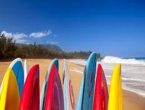 Surfplanken bij Lumahai strand Kauai Stock Afbeeldingen