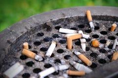De uiteinden van de sigaret die in vuile as worden geplakt Royalty-vrije Stock Afbeelding
